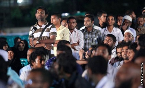 Mohamed Nazim (left/standing), who declared his atheist status to the public, questions Dr Zakir Naik during the Q&A session. (Photo: Maldives Haveeru Newspaper)